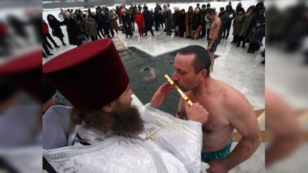 Rusia celebra el Bautismo con baños en agua fría