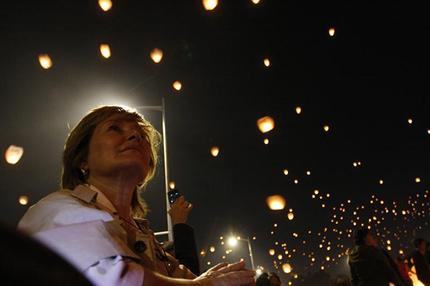 Vídeo y fotos : México suelta 16.000 globos de papel por la paz, y de este modo consigue el récord Guinness. 82dd04ffb24376ccdc8c1535f3018920_article430bw