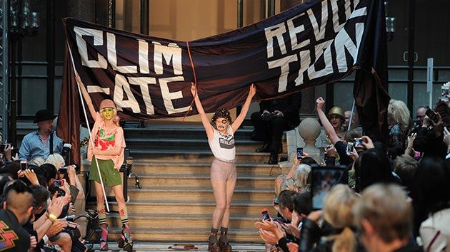 La diseñadora Vivienne Westwood da la cara (y la camiseta) por Assange