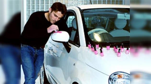 Británico pintó su automóvil con esmalte de uñas rosa