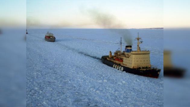 El rompehielos Krasin se acerca al buque varado en el mar de Ojotsk