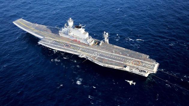 El portaviones ruso modernizado Vikramaditya atraca en un puerto indio