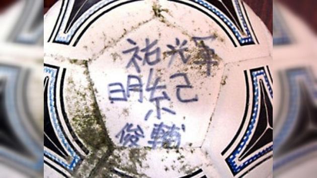 Un japonés recupera en EE. UU. su balón de fútbol que fue arrastrado por el tsunami