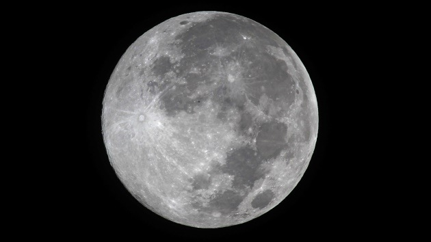 Científicos revelan el origen de la mancha oscura más grande de la Luna