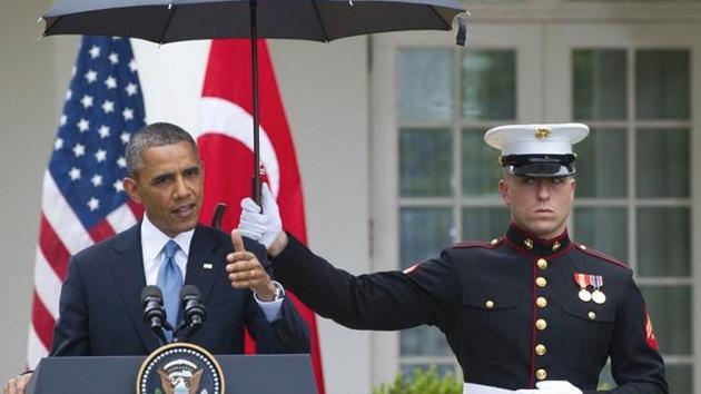 "Barack Obama ""abusó del poder"" para no mojarse bajo la lluvia"