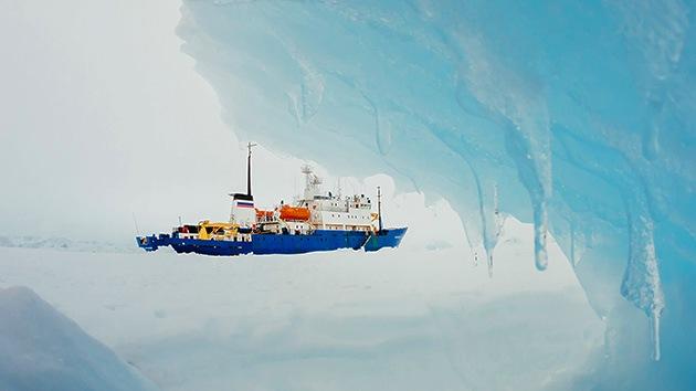 Los ocupantes del barco ruso atrapado en la Antártida reciben el Año Nuevo