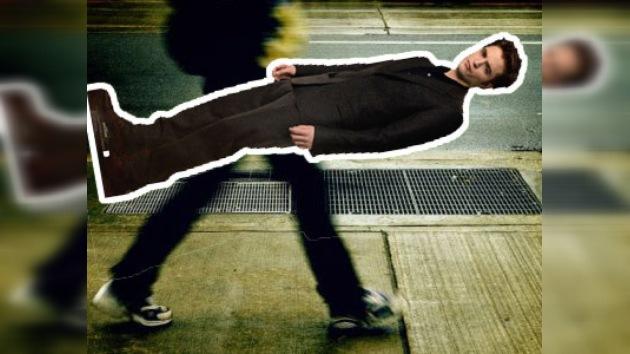Una fan rusa roba en un cine la figura de cartón de Robert Pattinson