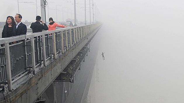 Fotos: Un reportero capta un posible suicidio de una pareja en China