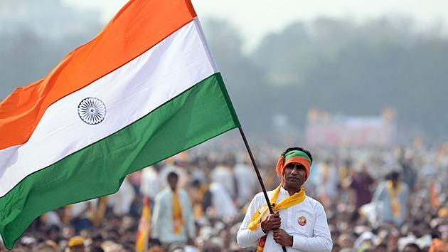 Video: Un político indio 'camina' sobre estudiantes