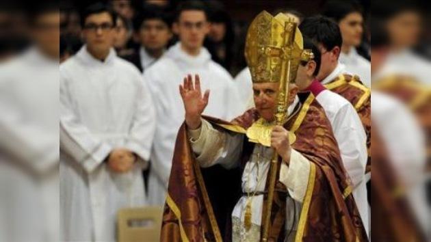 Un 'empujón' al Pontífice interrumpe brevemente la Misa del Gallo