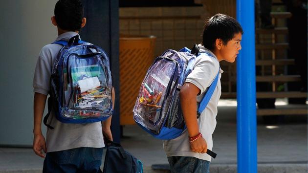 Niños mexicanos regresan a la escuela con libros del Estado plagados de errores