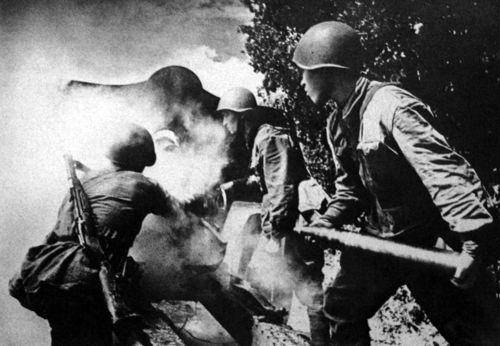 Escenas de los efectivos soviéticos en combate