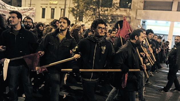 Video y Fotos: Grecia se enciende tras fuertes choques entre policías y estudiantes