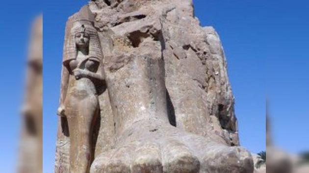El monumento gigante de Amenofis III vuelve a su sitio… en pedazos