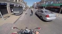graba y persigue un carro que Choca a motociclista y huye