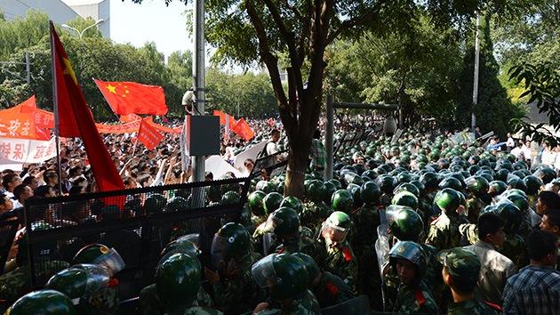 Miles de chinos asedian la embajada de Japón en Pekín por las islas en disputa
