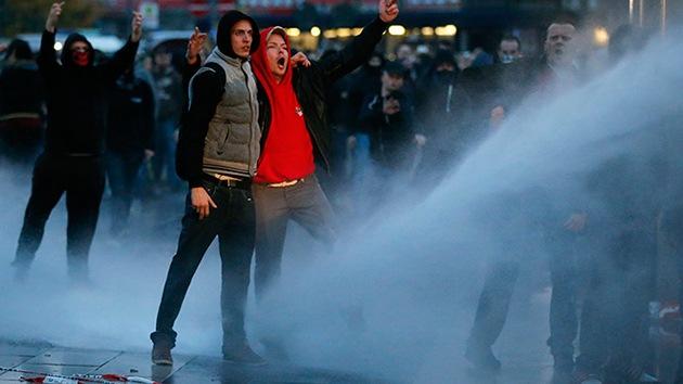 Video, fotos: Fuertes choques entre la Policía y ultraderechistas en Colonia