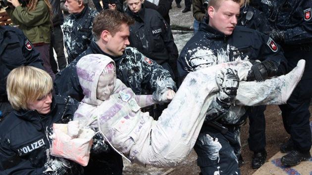 Ocupa Fráncfort se defiende de la Policía con pintura