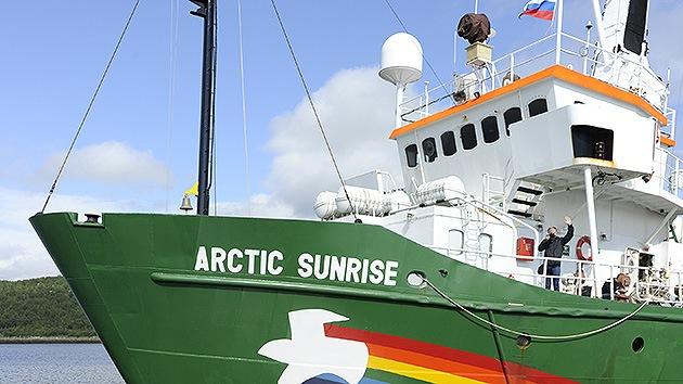 Incautan drogas y equipamiento de uso civil y militar del buque de Greenpeace arrestado en Rusia