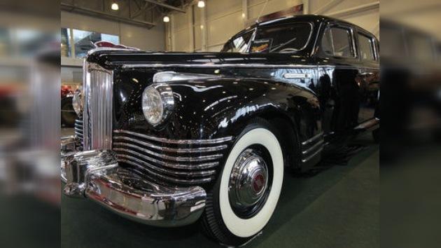 Al volante con Stalin, Brézhnev y otros líderes en una exposición de autos