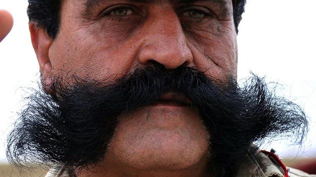 Miles de hombres viajan a Turquía para implantarse un bigote