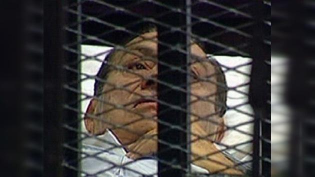 El ex presidente egipcio Hosni Mubarak se sienta en el banquillo
