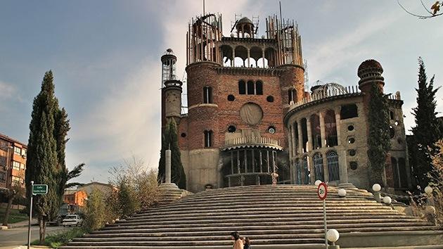 La fe mueve montañas... de ladrillos: Un monje español levanta una catedral a mano