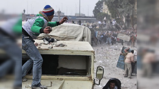 Mubarak culpa a los opositores mientras Suleiman quiere negociar con ellos