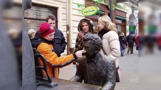 Varsovia inaugura una 'avenida de bancos musicales' en honor a Chopin