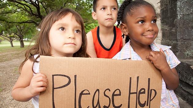 La caridad sale cara: multan a una mujer por alimentar a niños pobres