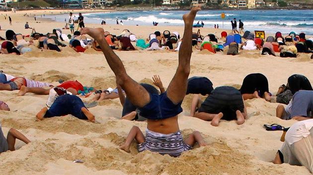FOTOS: Entierran cabezas en la arena contra el cambio climático antes del G20