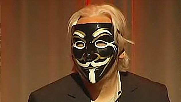 """La extravagante """"última aparición en público"""" de Julian Assange"""