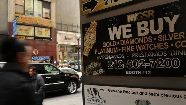 La caída del precio del oro no hunde al metal precioso