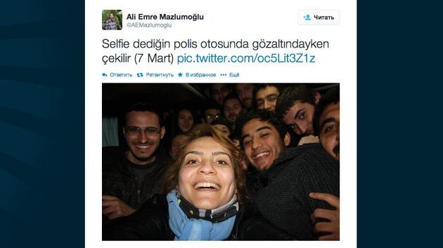 Manifestantes turcos recrean en un coche policial la 'selfie de los Oscar'