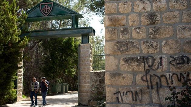 """Pintadas en un monasterio cristiano en Israel: """"EE.UU. es la Alemania nazi"""""""