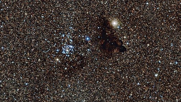Captan una nube oscura en la parte más brillante de la Vía Láctea
