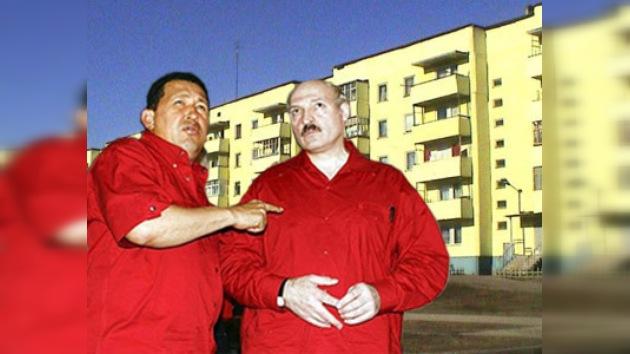 """Chávez y Lukashenko """"entierran al capitalismo"""" en zona de edificación"""