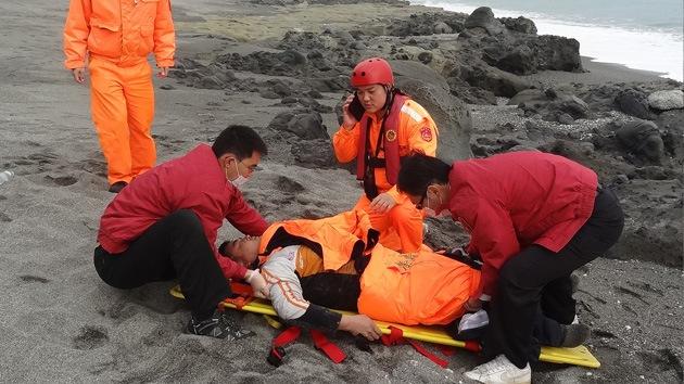 Un taiwanés que no sabe nadar sobrevive dos días en el mar agarrándose a un ataúd