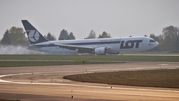 Un pasajero evita una tragedia al notar una fuga de combustible en un Boeing 767 de LOT