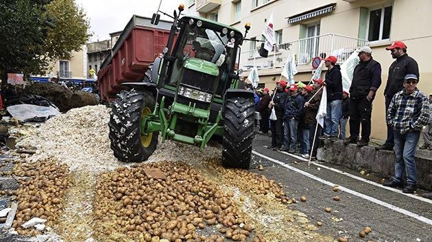 Video: Agricultores franceses protestan con 100 toneladas de desechos en las calles