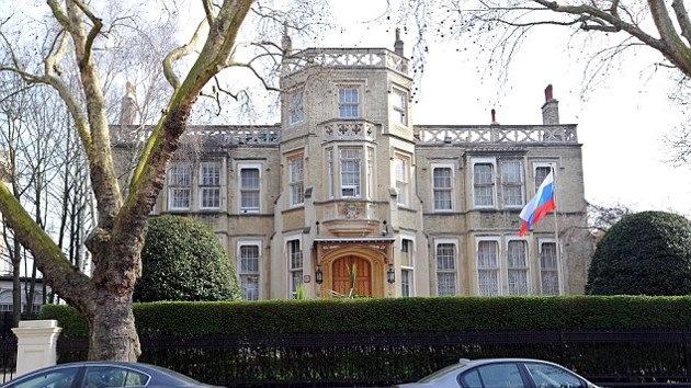 Opositores a Bashar al Assad atacan la embajada rusa en Londres