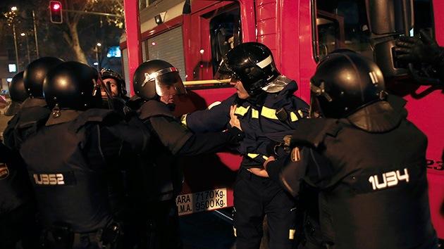 Video, Fotos: Polémica por el arresto de un bombero de servicio en la protesta en Madrid