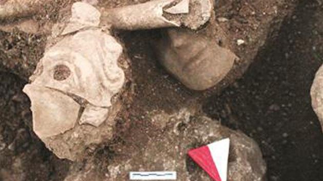 Encuentran un misterioso esqueleto enmascarado de 2.000 años en Turquía