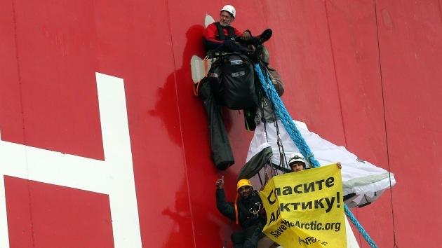 Greenpeace 'asalta' una plataforma petrolífera de Gazprom