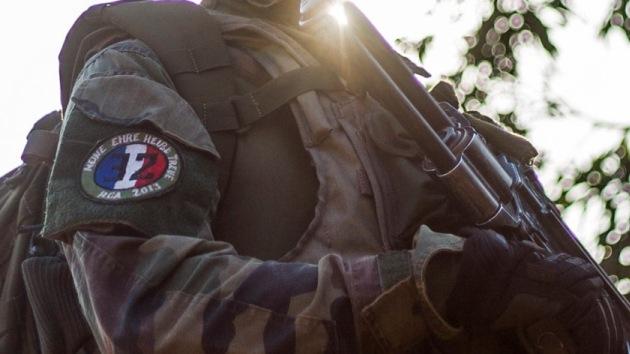 Un soldado francés luce en su uniforme un lema nazi usado en la II Guerra Mundial