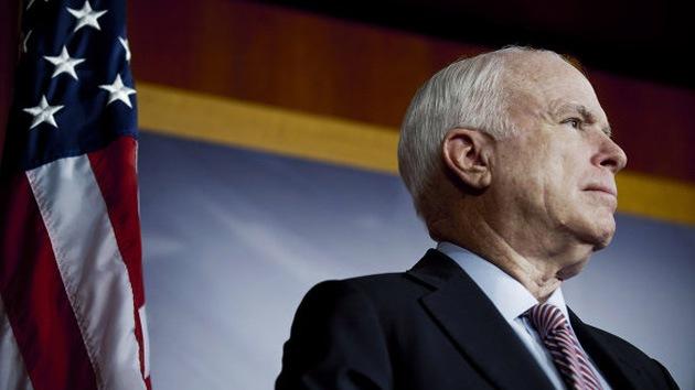 """Tachan de """"racista"""" al senador McCain por comparar al presidente iraní con un mono"""