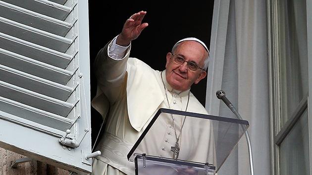 Fotos: Una gaviota y una corneja gris atacan a las palomas de la paz del papa Francisco