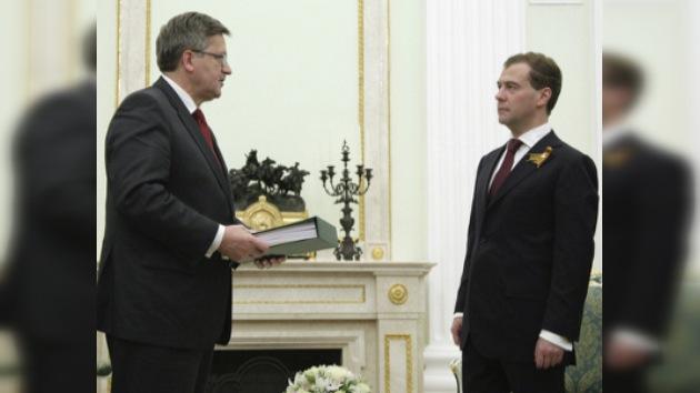 Medvédev entrega a Komorowski 67 tomos del expediente penal de Katyn