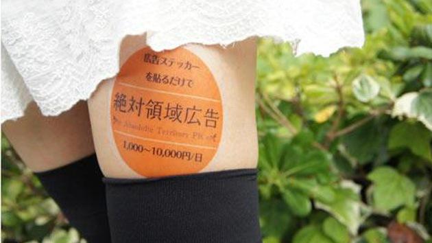 Japonesas alquilan sus piernas como escaparate publicitario