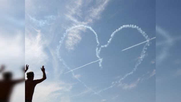 MAKS-2011: La escuadrilla 'RUS' regala su corazón a todas las chicas